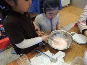 箸置で季節あてゲームと、桜餠作り・小学生の食育教室